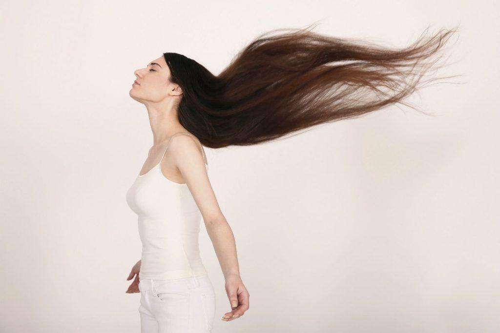 žena sa lepom kosom