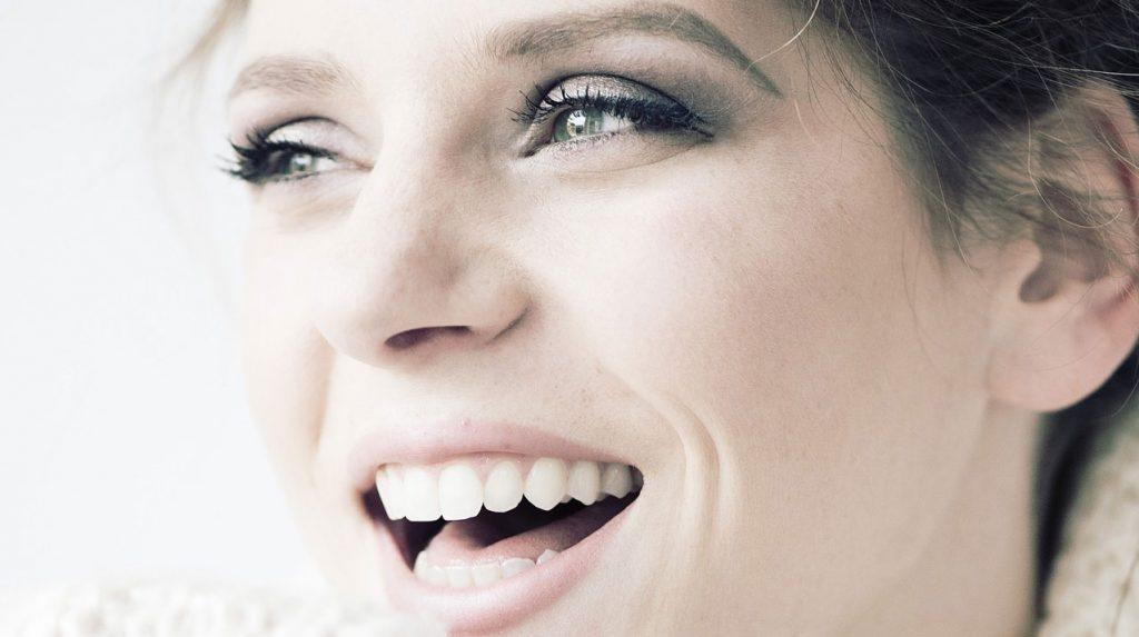 Žena sa lepim zubima i osmehom