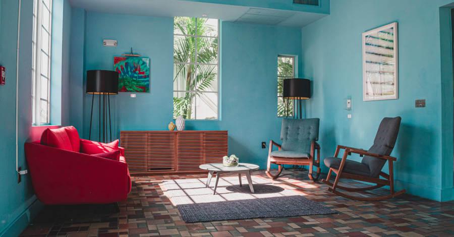 dnevna-soba-fotelje-lampa (1)